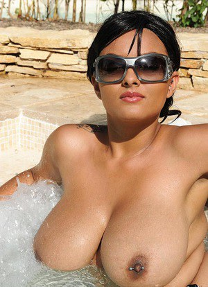 Huge Natural Tits Pictures and Big Boobs Pool Porn