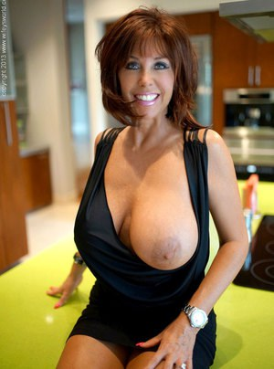 Huge Natural Tits Pictures and Big Boobs Housewife Porn