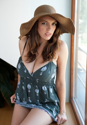 Huge Natural Tits Pictures and Big Boobs Brunette Porn