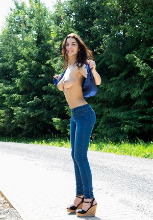 Huge Natural Tits Pictures and Big Boobs Jeans Porn