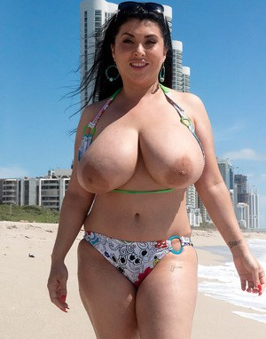 Huge Natural Tits Pictures and Big Boobs Beach Porn