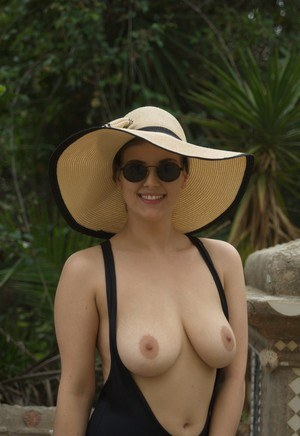 Huge Natural Tits Pictures and Big Boobs Glasses Porn