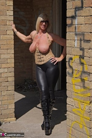 Huge Natural Tits Pictures and Big Boobs Boots Porn