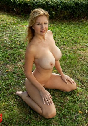 Huge Natural Tits Pictures and Big Boobs Knees Porn