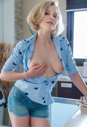Huge Natural Tits Pictures and Big Boobs Kitchen Porn
