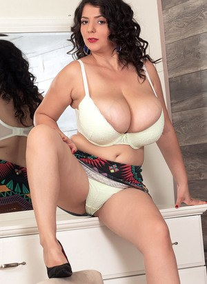 Huge Natural Tits Pictures and Big Boobs Upskirt Porn